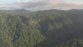 Costa Rica gestaltet - schöne Natur nahe Tarcoles, den schönen Wasserfall in Costa Rica mitten in dem grünen Wald landschaftlich stock video footage