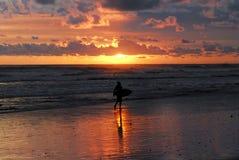 Costa Rica- surfingowiec w wschód słońca sylwetce obrazy stock