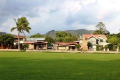 Costa Rica-voetbalgebied met huizen in de achterkant royalty-vrije stock foto