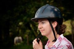 Costa Rican Tourist, der auf Reitersturzhelm sich setzt Lizenzfreie Stockfotografie