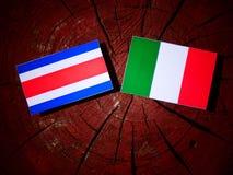 Costa Rican-vlag met Italiaanse vlag op een geïsoleerde boomstomp stock illustratie