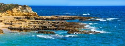 Costa rocciosa atlantica Algarve, Portogallo Fotografia Stock Libera da Diritti