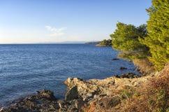 Costa rocciosa in Chalkidiki, Sithonia, Grecia Fotografie Stock Libere da Diritti