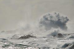 Costa rocciosa con mare agitato Fotografia Stock