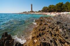 Costa rocciosa davanti al faro - Croazia Dugi Otok Immagini Stock Libere da Diritti