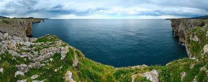 Costa rocciosa del Golfo di Biscaglia, Spagna Fotografia Stock