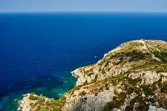 Costa rocciosa dell'isola greca di Rodi immagine stock