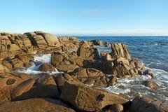 Costa rocciosa di Lesconil Fotografia Stock
