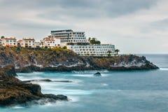 Costa rocciosa di Tenerife con l'hotel moderno fotografia stock