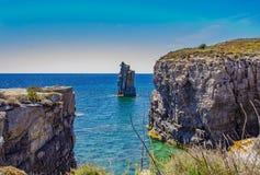 Costa rocciosa vicino all'isola di Carloforte di San Pietro Carloforte, C fotografia stock libera da diritti
