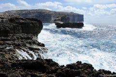 Costa rochosa com um mar áspero Fotografia de Stock