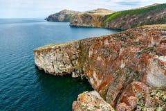 Costa rochosa da ilha de Olkhon perto do cabo Khoboy Fotografia de Stock Royalty Free