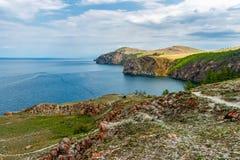 Costa rochosa da ilha de Olkhon perto do cabo Khoboy Imagem de Stock