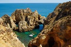 Costa rochosa do Algarve perto de Lagos foto de stock
