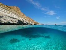 Costa rochosa do mar Mediterrâneo com fundo do mar arenoso fotografia de stock
