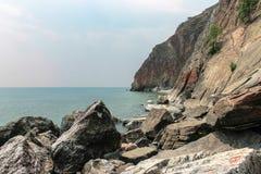 Costa rochosa e mar calmo dos azuis celestes Fotos de Stock