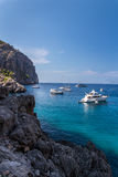 Costa rochosa em Mallorca com barcos Imagens de Stock