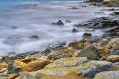 Costa rochosa enevoada na ilha de Syros em Grécia Foto de Stock Royalty Free
