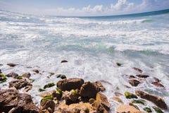 Costa rochosa marinha no mar Mediterrâneo imagens de stock royalty free
