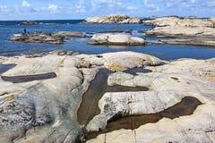 Costa rochosa no mar fotos de stock royalty free
