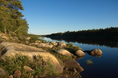 Costa rochoso bonita do rio do norte na noite Foto de Stock