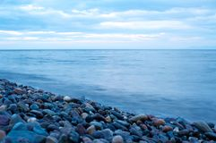 Costa rochoso do Lago Baikal com fundo do céu da nuvem imagem de stock