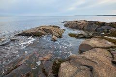 Costa rochoso do mar branco Foto de Stock Royalty Free