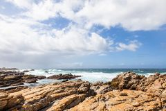 Costa costa rocosa cerca del cabo St Francis, Suráfrica imagenes de archivo