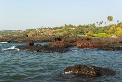 Costa rocosa de Arabian Sea en Goa Imagen de archivo
