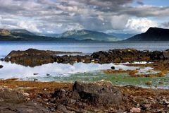 Costa rocosa de Escocia en clima tempestuoso Foto de archivo
