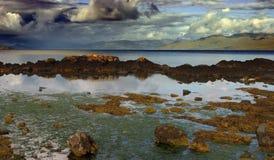 Costa rocosa de Escocia en clima tempestuoso Imagenes de archivo