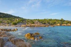 Costa rocosa de la isla de Cerdeña en el mar Mediterráneo en luz del sol fotos de archivo