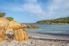 Costa rocosa de la isla de Cerdeña en el mar Mediterráneo en luz del sol fotografía de archivo libre de regalías