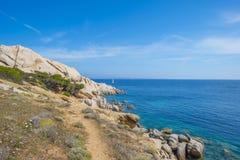 Costa rocosa de la isla de Cerdeña en el mar Mediterráneo en luz del sol foto de archivo libre de regalías