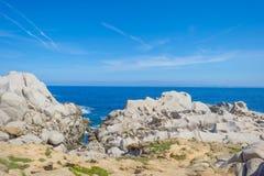 Costa rocosa de la isla de Cerdeña en el mar Mediterráneo en luz del sol fotos de archivo libres de regalías