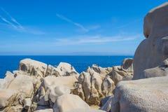 Costa rocosa de la isla de Cerdeña en el mar Mediterráneo en luz del sol foto de archivo