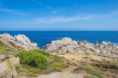 Costa rocosa de la isla de Cerdeña en el mar Mediterráneo en luz del sol fotografía de archivo