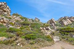 Costa rocosa de la isla de Cerdeña en el mar Mediterráneo en luz del sol imágenes de archivo libres de regalías