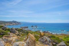 Costa rocosa de la isla de Cerdeña en el mar Mediterráneo en luz del sol imagen de archivo