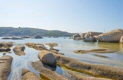 Costa rocosa de la isla de Cerdeña en el mar Mediterráneo en luz del sol imagen de archivo libre de regalías