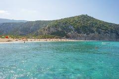 Costa rocosa de la isla de Cerdeña en el mar Mediterráneo en luz del sol en primavera foto de archivo libre de regalías