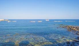Costa rocosa de la isla de Cerdeña en el mar Mediterráneo en luz del sol en primavera imagen de archivo libre de regalías