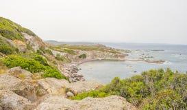 Costa rocosa de la isla de Cerdeña en el mar Mediterráneo en luz del sol en primavera fotos de archivo