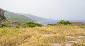 Costa rocosa de la isla de Cerdeña en el mar Mediterráneo en luz del sol en primavera fotografía de archivo libre de regalías