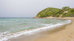 Costa rocosa de la isla de Cerdeña en el mar Mediterráneo en luz del sol en primavera imagen de archivo