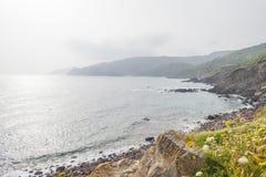 Costa rocosa de la isla de Cerdeña en el mar Mediterráneo en luz del sol en primavera fotos de archivo libres de regalías