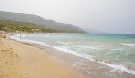 Costa rocosa de la isla de Cerdeña en el mar Mediterráneo en luz del sol en primavera fotografía de archivo