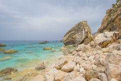 Costa rocosa de la isla de Cerdeña en el mar Mediterráneo en sunligh imágenes de archivo libres de regalías