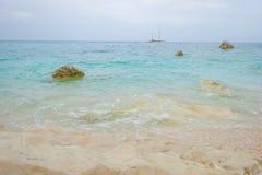 Costa rocosa de la isla de Cerdeña en el mar Mediterráneo en sunligh imagenes de archivo