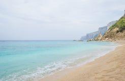 Costa rocosa de la isla de Cerdeña en el mar Mediterráneo en sunligh fotos de archivo libres de regalías